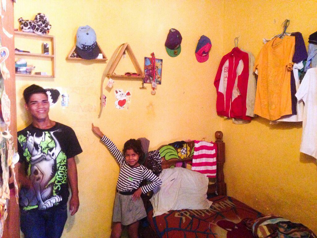 El cuarto de su hijo mator, quien hizo sus estantes y pinto su cuarto